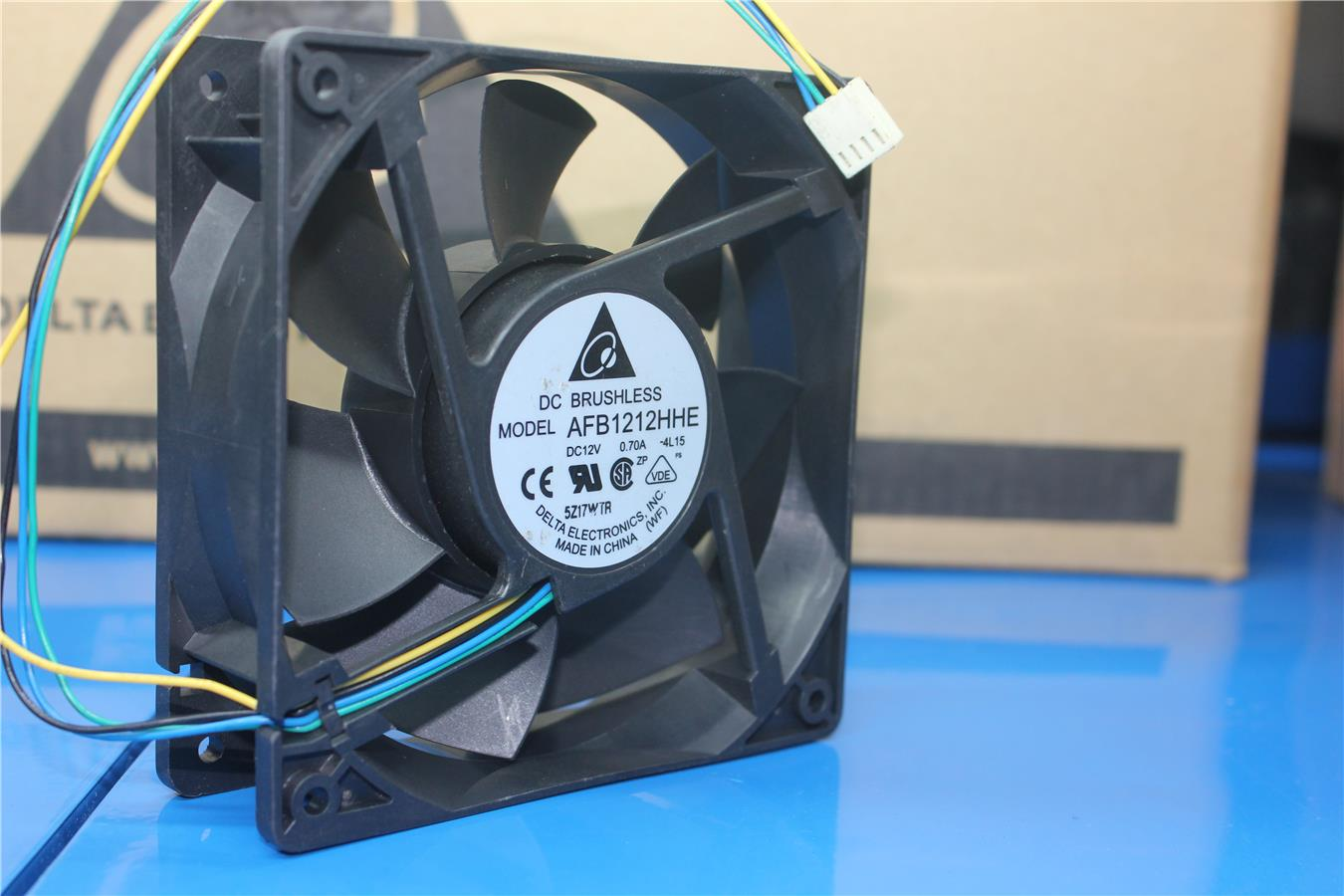 Delta AFB1212HHE 12cm 12V 0.70A double ball four-wire PWM cooling fan